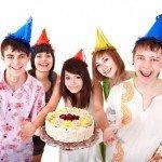 Feier den Lasertag Kindergeburtstag in Hannover mit Torte und Hüten.