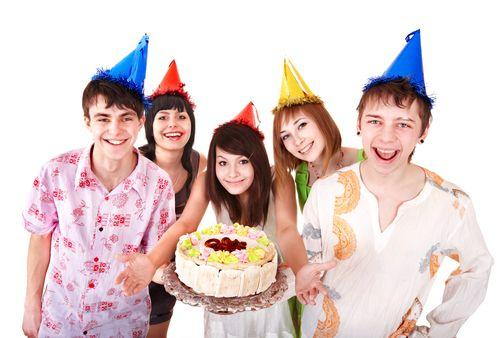 feier den Kindergeburtstag in Hannover mit Torte und Hüten.